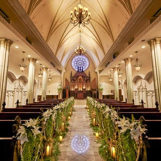 バラ窓のステンドグラスが煌めく大聖堂