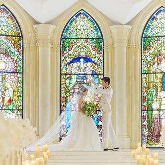 ステンドグラスの輝きに包まれた美しい誓いのシーン