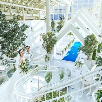 天井高18mの開放的なチャペル 大階段を下りると海へ続くバージンロード 緑の木々が彩る近いの場へ…