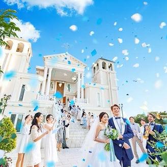 青空を背景にした大階段でのフラワーシャワーでは鐘の音が祝福する
