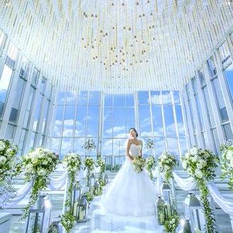 最上階に佇む3面ガラス張りの解放感あふれるチャペル。1122本のシャンデリアの煌めきがお二人の結婚式を祝福。自然光あふれる中での結婚式はゲストの皆様も笑顔に。唯一無二のチャペル。