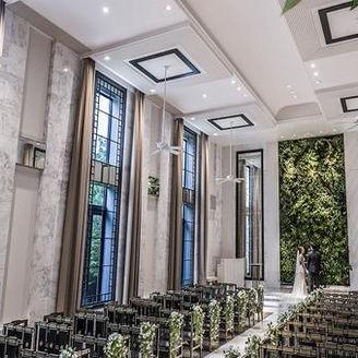 爽やかな空気の流れる壁面緑化チャペル。天井高7.5mの光あふれる開放的な空間。