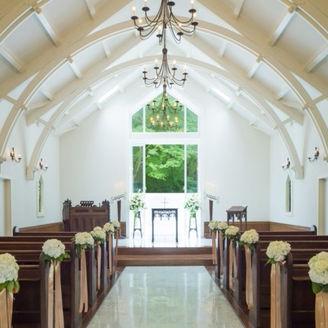 白を基調としたシンプルな内装に森の緑が映え、おふたりの誓いの瞬間を彩ります。