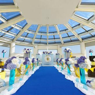 扉を開けると目の前に広がる青空。天井がガラス張りで陽光が差し込み、煌く水の流れが心地よい円型のスカイチャペル。ゲストとの距離も近く、アットホームな雰囲気な挙式が叶う。