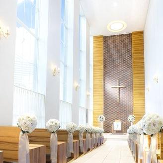 白い大理石のバージンロードで神聖かつ明るい。また、ナチュラルなウッド調のゲスト席なので温かみのあるチャペルです★レンガ調の正面壁もおふたりの写真映りを考えたデザインになっております。