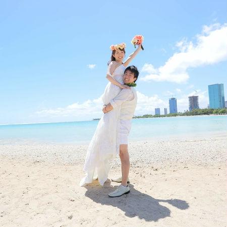 ハワイ ビーチ 海 空 ドレス ウェディングドレス 花かんむり 縦抱っこ