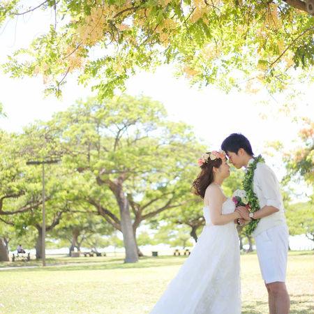 ハワイ 緑 ドレス ウェディングドレス 花かんむり おでこコツンポーズ