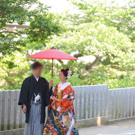 和装 色打掛け 紋付袴 番傘 ロケーション 神社 緑