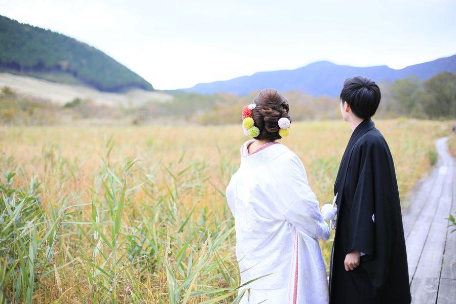 和装 ロケーション 白無垢 観光地 紅葉 黒紋付袴 ススキ