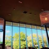 披露宴会場も天井が高く、窓も大きかった。