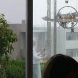 雨の中、鐘を鳴らしてくれます