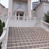映画で観るような階段でフラワーシャワー!