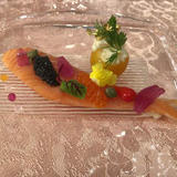前菜:サーモンコンフィに彩るキャヴィア