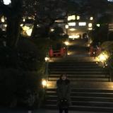 夜のホテル側の景色です。坂の下から