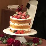 ウェディングケーキはフルーツたっぷり