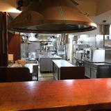 レストランの厨房を見ながら食事ができます