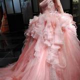 薄いピンクで春らしいドレスです。