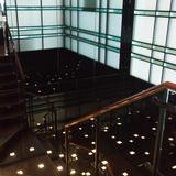 受付から待合室へ向かう階段