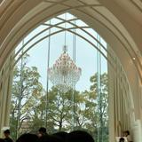 チャペルの大きな窓とシャンデリア
