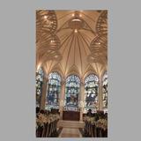 天井の高さとステンドグラスの綺麗さ