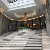 大理石の階段の上でバイオリンの生演奏