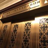 写真映えするレトロなエレベーター
