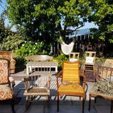 ガーデンにアンティークの椅子を並べて
