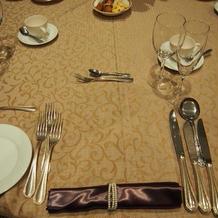 ゴールドのテーブルクロスと茶色のナプキン