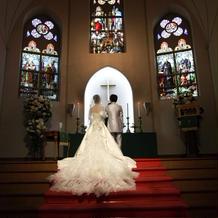 赤いヴァージンロードでは白いドレスが綺麗