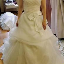 サッシュベルトが可愛いドレスです