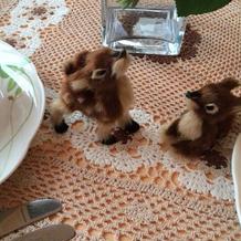 テーブルにはぬいぐるみや人形も