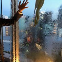 水の流れるガラスの裏には写真等を貼れる