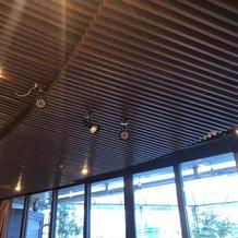 天井には証明設備やスクリーンあり
