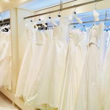たくさんのウェディングドレスがありました