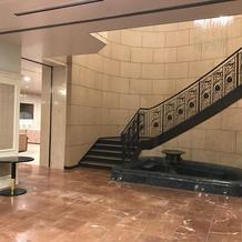 1階フロア。お城のような階段。