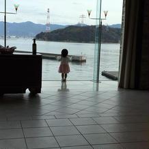 子どもが海を見て楽しんでいた。