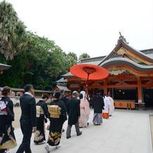 挙式は青島神社。社務所からは徒歩