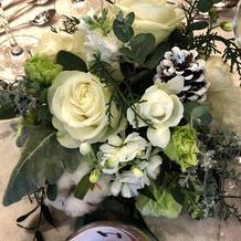 披露宴会場の雰囲気に合わせた花