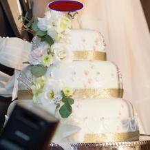ケーキも装花で、オリジナル