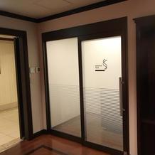 ゲスト待合室には喫煙所も完備!