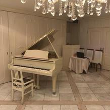 披露宴会場にはグランドピアノがあります