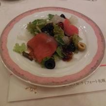 炙りサーモンと白キクラゲのサラダ