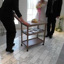 担当のYさんがケーキを運んでくれました
