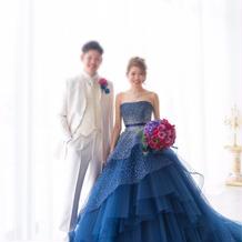 ブルーのカラードレス。