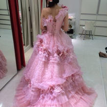 ドレスの試着。試着室も紅白できれい。