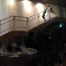 2階から降りてくる演出