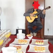待ち時間にはギター演奏