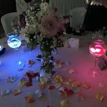 中に入れる花びらはテーブルラウンドで配布
