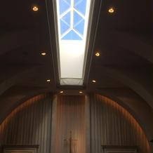 チャペルの天井はガラス張り