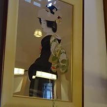 ロビーにある絵画が黒引き振袖の花嫁さん